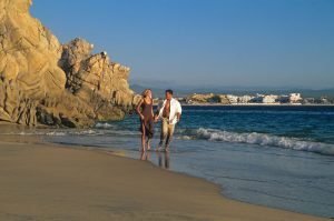 lovers-beach-cabo-couple_r2